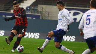 Luka Jovic lanza a portería. (AFP)