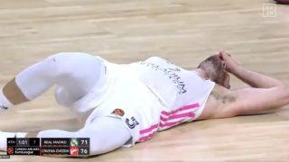Rudy, tendido en el suelo.