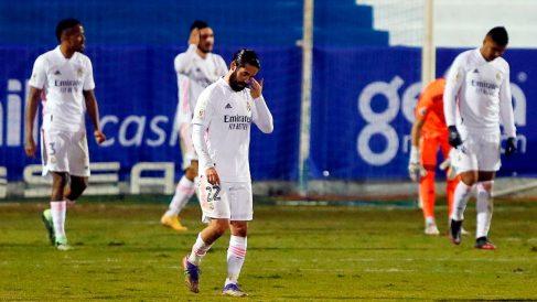Los jugadores del Real Madrid, tras encajar el segundo gol (EFE).