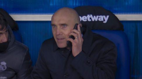 Bettoni habla con Zidane en el banquillo.