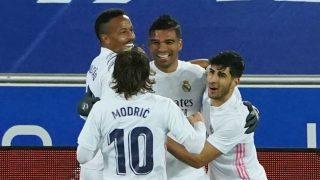 Los jugadores del Real Madrid celebran el gol de Casemiro al Alavés. (AFP)