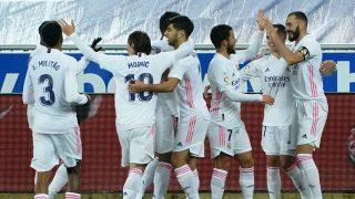 Los jugadores del Real Madrid celebran uno de los goles al Alavés (AFP).