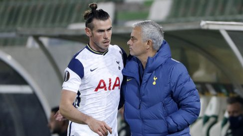 Bale, con Mourinho, durante un partido de la Europa League (Getty)