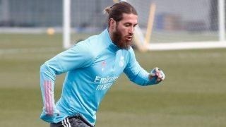 Sergio Ramos se ejercita en solitario sobre el césped de Valdebebas.