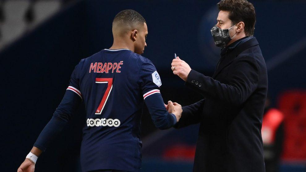 Mauricio Pochettino y Kylian Mbappé se saludan tras una sustitución. (AFP)