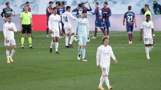 Los jugadores del Real Madrid se lamentan tras la derrota contra el Levante. (Getty)