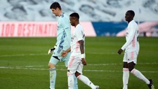 Thibaut Courtois, cabizbajo junto a Mendy y Vinicius. (AFP)