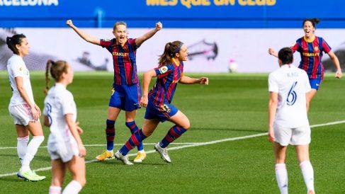 Las jugadoras del Barcelona celebran uno de los tantos del Clásico. (FCBfemeni)