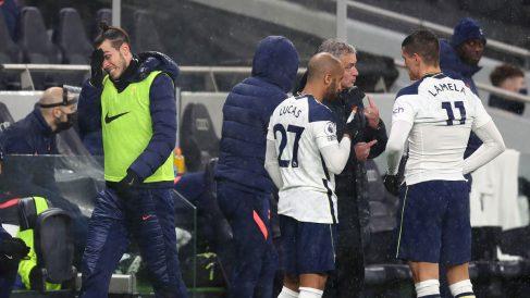 Bale hace un gesto mientras Mourinho da instrucciones durante el partido ante el Chelsea (Getty)
