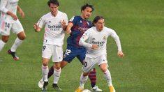 Modric, Odriozola y Okazaki pelean por un balón en el Huesca – Real Madrid. (AFP)