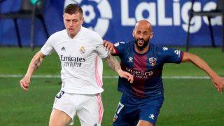 Kroos disputa un balón con Mikel Rico. (EFE)