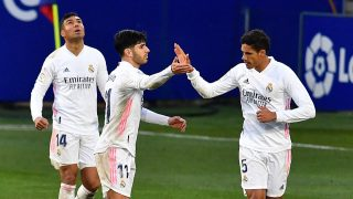 Varane celebra su gol en el Huesca – Real Madrid con Asensio. (AFP)
