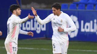 Raphael Varane celebra uno de sus goles con Asensio (Getty).