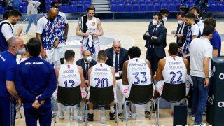 Los jugadores del Real Madrid atienden a Pablo Laso. (ACB Photo)