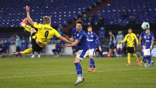 Haaland firmó un golazo contra el Schalke.