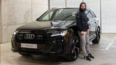 Isco posa con el Audi que le ha regalado el Madrid.