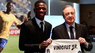 Vinicius en su presentación como futbolista del Real Madrid posa con Florentino Pérez. (AFP)