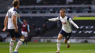 Gareth Bale celebra uno de sus dos goles en el Tottenham-Burnley. (Getty)