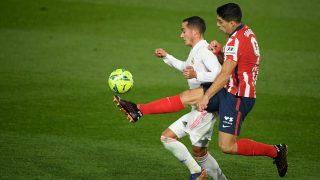Lucas Vázquez y Luis Suárez pelean por un balón (AFP).