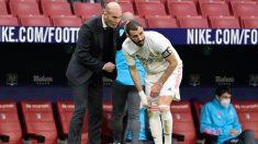 Karim Benzema recibe instrucciones de Zidane en el Metropolitano. (AFP)
