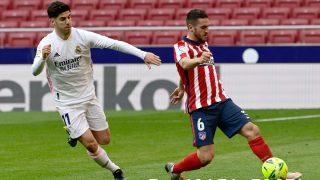 Koke pugna por un balón con Asensio. (AFP)