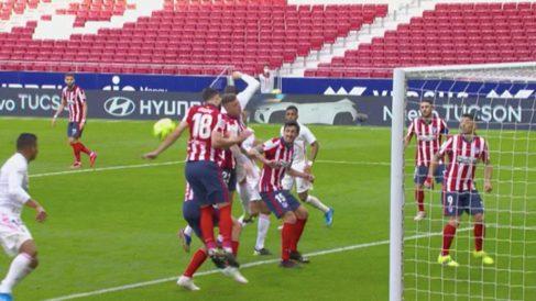 Felipe despeja con la mano en el derbi pero no se pitó penalti.