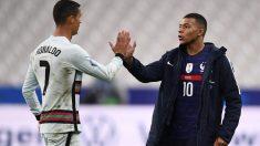 Cristiano Ronaldo y Mbappé se saludan después de un partido. (AFP)
