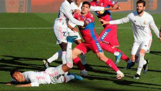 Casemiro, en el suelo antes del gol del Elche. (EFE)