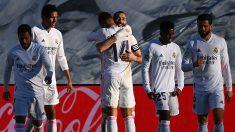 Los jugadores del Real Madrid celebran el tanto de la victoria ante el Elche (AFP)