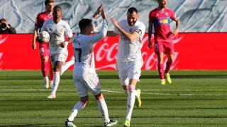 Lucas y Benzema celebran el gol contra el Elche. (EFE)