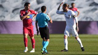Sergio Ramos protesta a Figueroa Vázquez tras el claro penalti de Marcone.