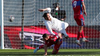 Ramos, agarrado por Marcone. (EFE)