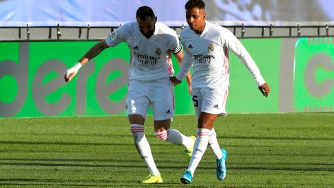 Rodrygo y Benzema celebran un gol. (EFE)