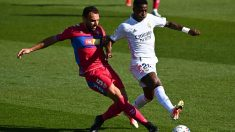 Vinicius pelea un balón en el Real Madrid-Elche.