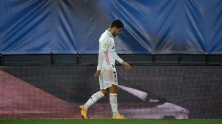 Hazard, tras lesionarse contra el Alavés. (AFP)