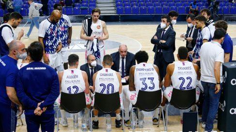 Pablo Laso da instrucciones en un partido del Real Madrid. (ACB Photo)