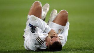 Eden Hazard, se duele tras la entrada de Meunier. (Getty)