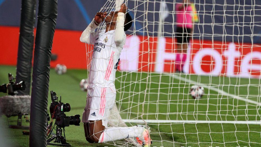 Vinicius se lamenta tras su ocasión fallada en el Real Madrid-Atalanta. (EFE)