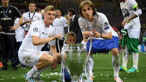 Toni Kroos y Luka Modric posan con la Champions League. (Getty)