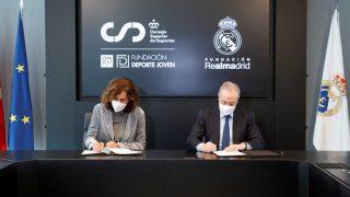 Irene Lozano y Florentino Pérez, en el acto. (Fundación Real Madrid)