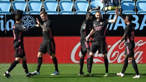 Los jugadores del Real Madrid celebran uno de los goles de Benzema ante el Celta. (AFP)
