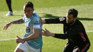 Nacho Fernández intenta robar el balón a Aspas. (EFE)