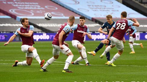 Martin Ödegaard intenta un disparo a puerta en el West Ham – Arsenal. (Getty)