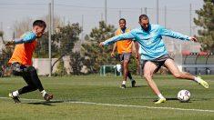 Benzema golpea un balón durante el entrenamiento del Real Madrid. (realmadrid.com)