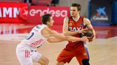 Carroll roba un balón en el partido. (ACB Photo)