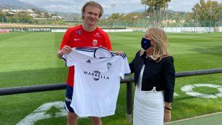 Haaland posa con la camiseta del Marbella.