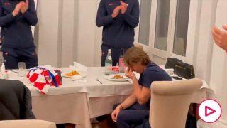 Modric se emociona y rompe a llorar en el homenaje de sus compañeros por su récord con Croacia.