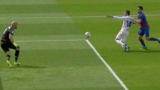 Casemiro reclamó penalti por agarrón de Soares.