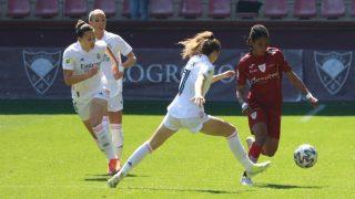 Las futbolistas pelean un balón en el Logroño-Real Madrid. (@realmadridfem)