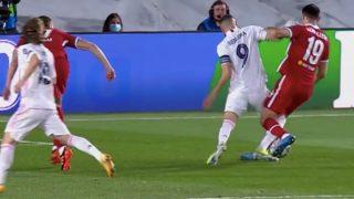 Benzema reclamó penalti de Kabak.